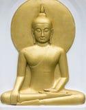 Meditando o bas-relevo dourado dourado de buddha buddha Fotografia de Stock