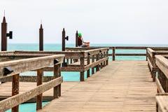 Meditando singolo uomo su pilastro, linea costiera di Swakopmund fotografia stock