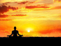 Meditação da ioga no por do sol Foto de Stock Royalty Free