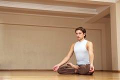 Meditação do homem novo sozinho Fotografia de Stock Royalty Free