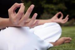 Meditação em um gramado Foto de Stock Royalty Free