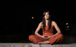 Meditação praticando da mulher bonita na noite Imagens de Stock Royalty Free