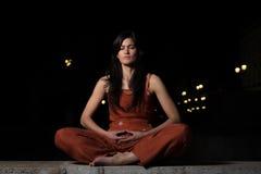 Meditação praticando da mulher bonita na noite Fotos de Stock Royalty Free