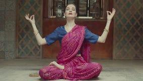 Meditar actitud practicante del loto de la yoga de la mujer almacen de video