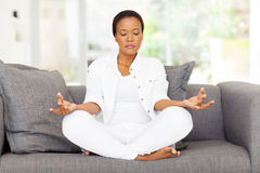 Meditar africano da mulher Imagens de Stock Royalty Free