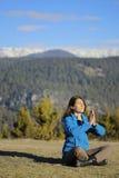 Meditar da jovem mulher Foto de Stock