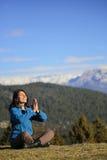 Meditar da jovem mulher Fotografia de Stock Royalty Free