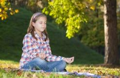 Meditar da menina Foto de Stock
