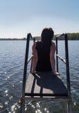 Meditar de assento da jovem mulher e apreciar as vistas imagens de stock royalty free