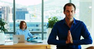 Meditar executivo masculino em sua mesa filme