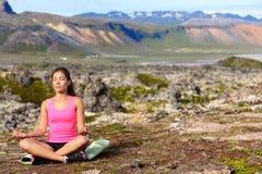 Meditar a la mujer de la yoga en la meditación en naturaleza Imágenes de archivo libres de regalías