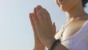 Meditar a la mujer dobló las manos en el namaste, actitud de la gratitud de la yoga, rogación femenina almacen de video