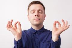 Meditar, tentando reduzir o esforço e os pensamentos maus Fotografia de Stock