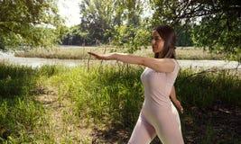 Meditare delle giovani donne di yoga Immagini Stock