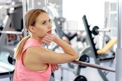 Meditare femminile pensieroso circa relativo alla ginnastica Fotografie Stock