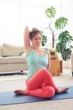 Meditare femminile sorridente rilassato con le mani in parte posteriore della serratura dietro Fotografie Stock Libere da Diritti