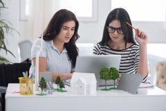 Meditare gli ingegneri femminili che modellano fonte di energia Immagini Stock