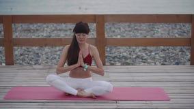 Meditare rilassato della donna all'aperto stock footage