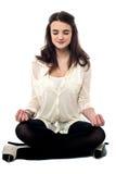 Meditare si rende rilassato Fotografie Stock Libere da Diritti