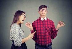 Meditare uomo e gridare giovane amica fotografie stock libere da diritti