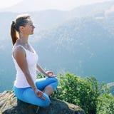 meditate νεολαίες γυναικών Στοκ φωτογραφία με δικαίωμα ελεύθερης χρήσης