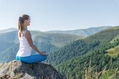 meditate детеныши женщины стоковая фотография rf