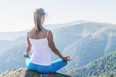 meditate детеныши женщины стоковые изображения