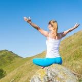 meditate детеныши женщины стоковое изображение