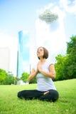 Meditate adentro hacia el centro de la ciudad imagenes de archivo