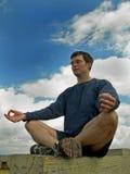 Meditate ao céu Fotografia de Stock Royalty Free