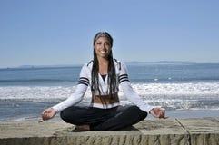 Meditate por la playa imagenes de archivo
