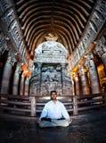 Meditatie in Ajanta-holen in India Stock Foto's