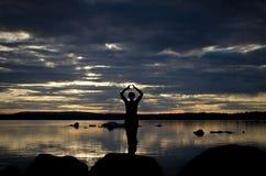 Meditatie bij een meer royalty-vrije stock afbeelding