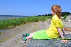 Meditatie bij een oever Royalty-vrije Stock Foto