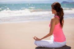 Meditatie bij het strand Stock Fotografie