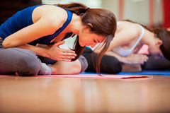 Meditatie bij yogaklasse Stock Fotografie