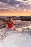 Meditatie bij zonsopgang stock foto's
