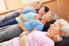 Meditatie en relexation in geschiktheidscentrum Stock Afbeeldingen