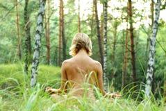 Meditatie in het bos Stock Fotografie