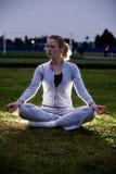Meditatie in het park Stock Fotografie