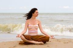 Meditatie in het strand stock foto's