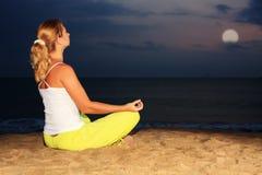 Meditatie onder maanlicht Stock Foto's