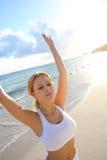Meditatie op het strand Stock Afbeeldingen