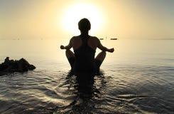 Meditatie in Rode Overzees bij zonsopgang Stock Foto's
