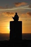 Meditatie tijdens zonsondergang Royalty-vrije Stock Foto's
