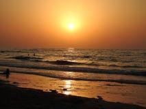 Meditatie van de zonsondergang en de golven van het overzees stock foto's