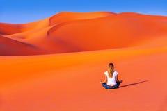 Meditatie in woestijn Stock Foto
