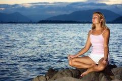 Meditatie in zonsondergangtijd Stock Afbeeldingen