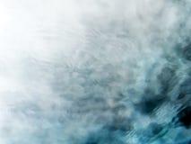 Meditatieve blauwgroene stromend waterachtergrond stock foto
