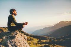 Meditating γιόγκα ατόμων στον τρόπο ζωής ταξιδιού βουνών Στοκ Εικόνες
